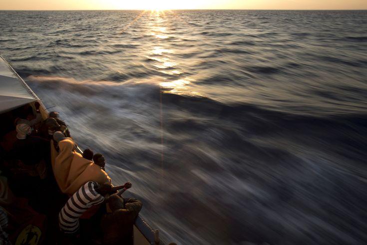 Mar Mediterraneo  I migranti su una barca della ONG spagnola Proactiva Open Arms, che li ha soccorsi in mare mentre cercavano di arrivare in Europa dalla Libia (AP Photo/Emilio Morenatti)