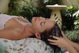 Natuurlijke behandeling met kokosolie van je haar Het meest aansprekende betreffende de kokosolie haar behandeling is dat het echt werkt
