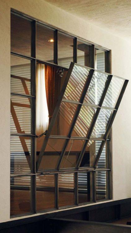 大型の鋼製サッシ。黒皮仕上げのフレームは、空間のイメージ・窓のバランスを計算し製作しました。 もっと見る