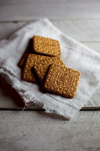 Tennis Biscuits - Milk Tart Layer Cake #Recipe #Cake #BakedGoods