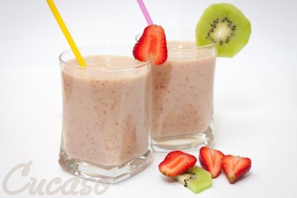 Рецепт бодрящего смузи из клубники, банана и киви с добавлением молока. Cucaso - пошаговые рецепты с фото.