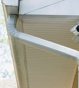 The difference between vinyl and aluminum rain gutters