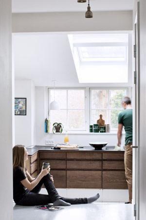 Super flot med markant køkken når rummet er så hvidt. Det giver ...