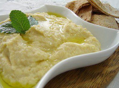 """O Homus, ou """"pasta de grão de bico"""" é uma receita árabe super saborosa, nutritiva e 100% vegan. Serve para comer com pão árabe e outros alimentos. Conheça nossa receita e aprenda a fazer essa maravilhosa e tradicional pasta!"""