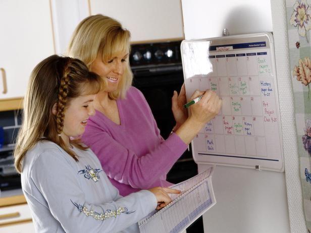 użycie bardzo duży kalendarz nagrać rodzinny szerokie harmonogramy. Hals kalendarz w centralnym miejscu. Zawierać harmonogram szkolnych, Praca domowa z powodu daty, Zaproszenia, gry sportowe, terminy lekarskich i wyjazdów służbowych. Aby uniknąć nieporozumień, wyznaczyć każdego członka rodziny z danego koloru markera i używać, aby wypełnić jego lub jej wydarzeń. Jest to świetny sposób na utrzymanie odpowiedzialności i zachować wszyscy na górze ich terminach, terminy, gier i spotkań.