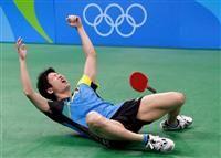 卓球男子シングルスで銅メダルを決め、歓喜のあまり床に倒れ込む水谷隼=11日(AP)