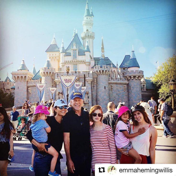 El parque Disneyland en Anaheim, California, ha recibido una visita muy especial: la de Bruce Willis y su familia. La estrella de Hollywood disfrutó de la magia del lugar con su mujer, Emma, y sus hijas Scout, Tallulah, Mabel y Evelyn.  #brucewillis #emmaheming #scoutwillis #tallulahwillis #mabelwillis #evelynwillis #disney #disneyland #california #celebrity