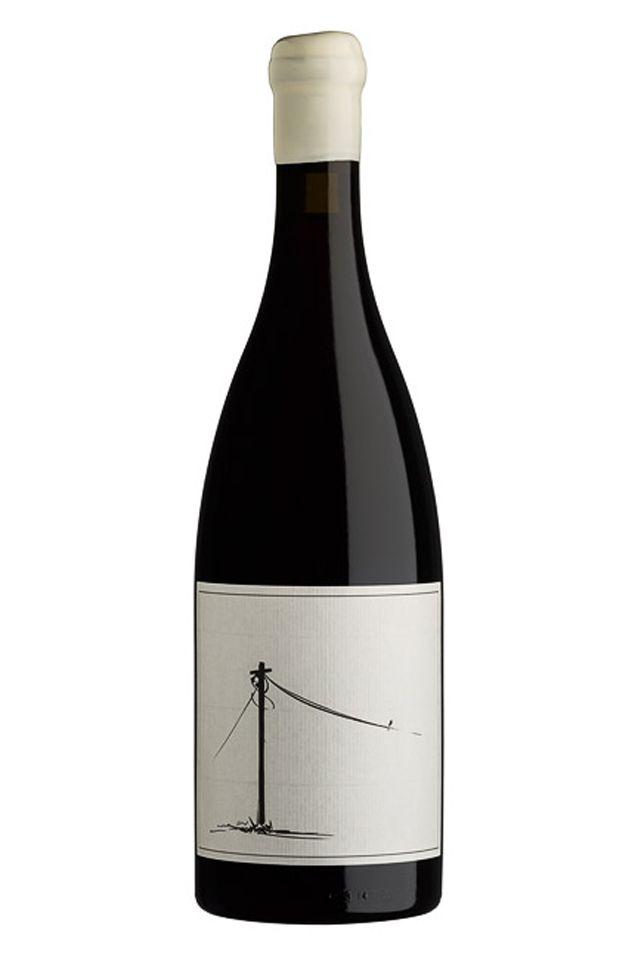 Dieser Wein ist voller Energie. Seine besonders helle, durchscheinend rubinrote Farbe gibt eine Vorstellung von dem, was einem beim Genuss erwartet. In der Nase sehr rauchig, würzig mit roten Beeren und roten Apfelschalen sowie einem...