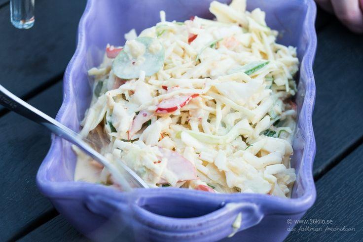 Min fina vän Mats tipsade om den här supergoda coleslawn han gjort (finns här) och efetrsom jag älskar coleslaw OCH senap så svängde jag ihop den en kväll förra veckan. MUMS! Jag använde sambal oelek istället för röd chili men det kan man själv välja vad som =) Ett supergott alternativ till grillat! Amerikansk Coleslaw […]