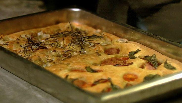 Focaccia - Tareq Taylor topper brødet med forskjellige godsaker. Den ene delen får tomater og basilikum. Den andre skiver av jordskokk, gorgonzola, pærer og valnøtter. - Foto: Fra TV-serien Hygge i hagen / SVT