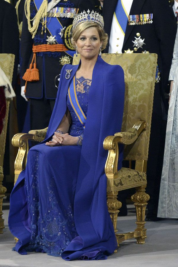 Queen Maxima of Holland De jurk die koningin Máxima draagt bij de inhuldiging roept op Twitter en Facebook veel positieve reacties op. Ze draagt een jurk en cape in royal blue, ontworpen door Jan Taminiau, en een gouden tiara die in opdracht van koning Willem III is gemaakt voor zijn vrouw koningin Emma.