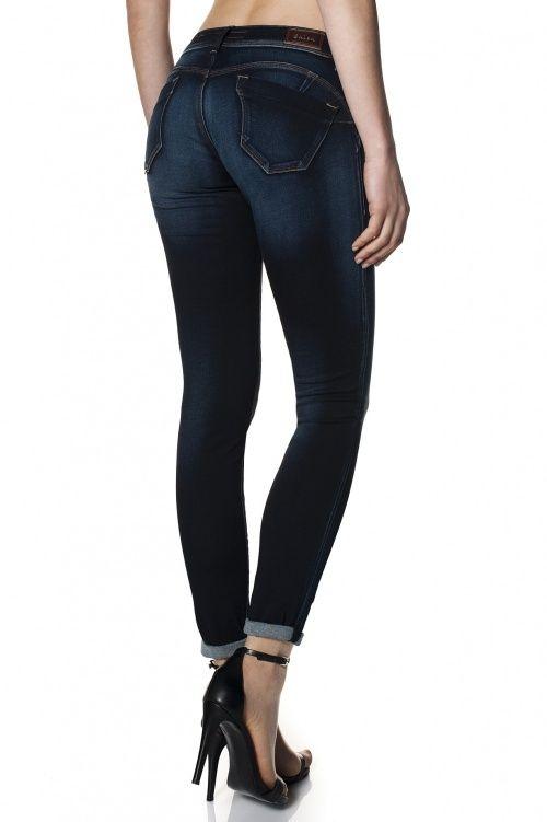 90% Algodão  8% Poliester  2% ElastanoOs jeans wonder são amplamente reconhecidos pelo efeito push-up que incorporam, proporcionado pelo design dos bolsos traseiros que, associado às pinças laterais, criam uma copa modeladora. Mantendo uma cinta baixa estes jeans asseguram sensualidade e conf