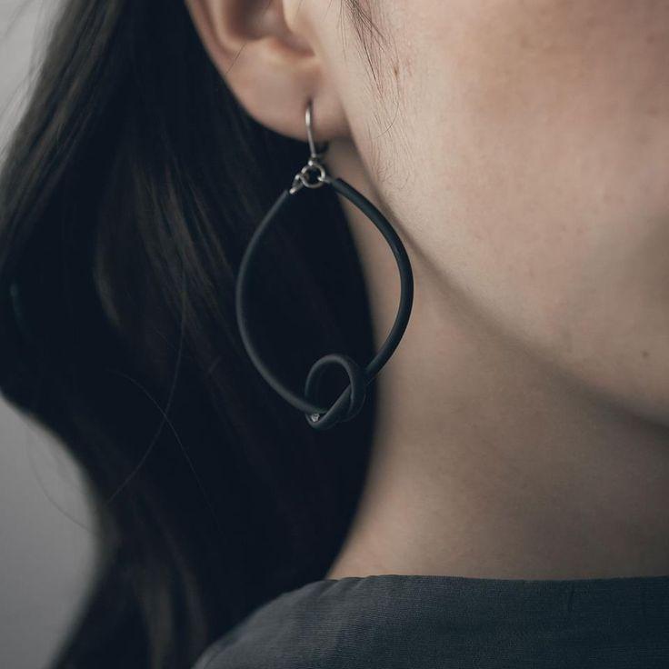 Pour celles qui adorent les grosses boucle d'oreille mais qui ont de la difficulté avec leur poids. Les boucles d'Anne-Marie Chagnon règle tous vos problèmes.