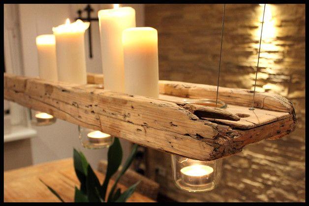 Hängender Kerzen- Dekoträger aus gealtertem und liebevoll aufgearbeitetem Bauholz. Das Holz wurde gereinigt und aufwendig per Hand geschliffen – allerdings nur so weit, dass es nicht seine Patina…
