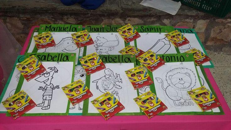 Recordatorios: libros para colorear marcados con el nombre de cada niño y su caja de #crayolas.