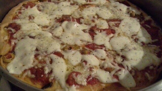 Mozzarellosa con salame piccante ,olive verdi ed acciuchine
