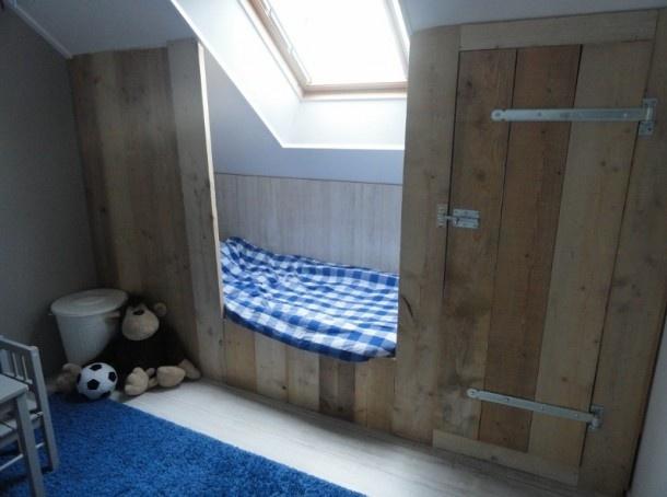 Goede oplossing voor een schuine wand #kinderkamer | Great bed #kidsroom #wood