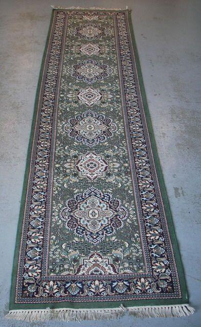 Handgeknoopt wollen tapijt (loper) 3160 x 780 mm Iran 1e helft 20e eeuw  Handgeknoopt wollen tapijt (loper) 3160 x 780 mm In goede algemene staat met kleine beschadiging op één van de hoeken (zie foto). Basiskleur groen. Foto's zijn onderdeel van de omschrijving. Wordt aangetekend verstuurd  EUR 45.00  Meer informatie