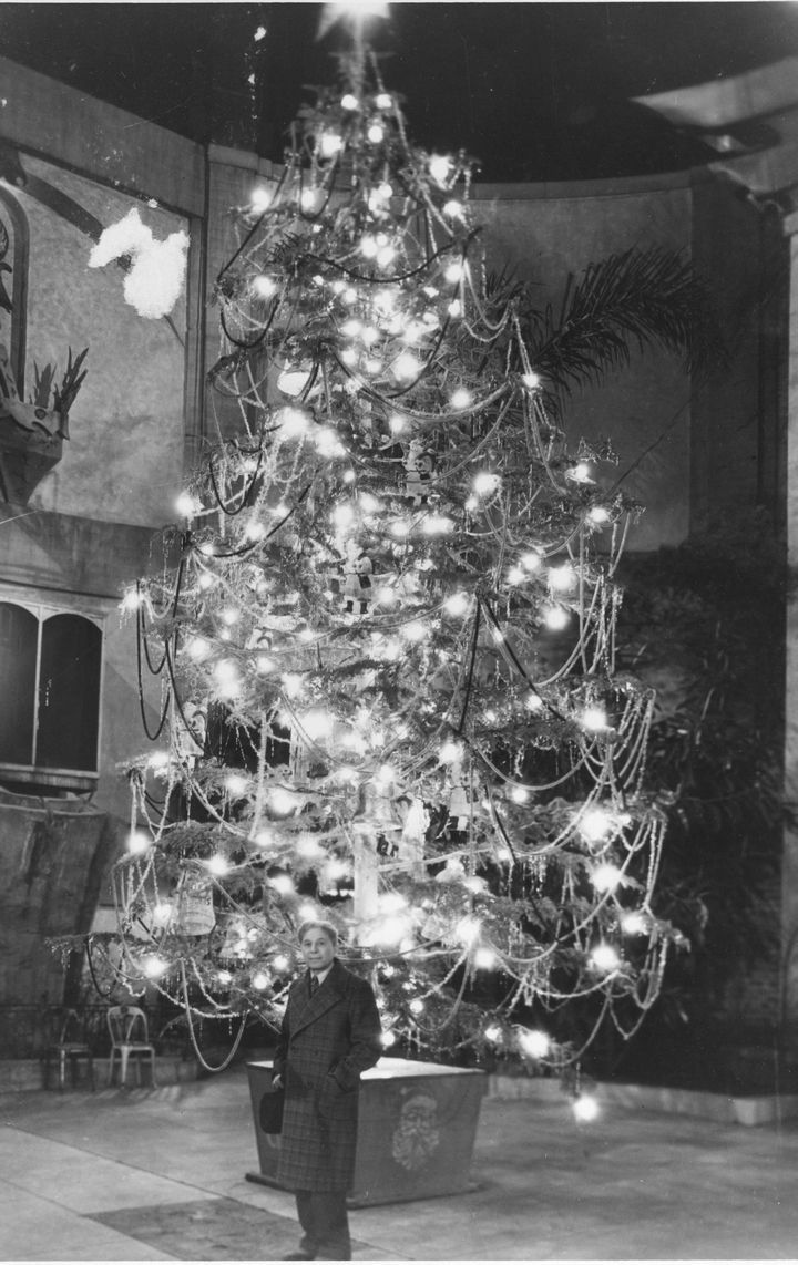 1928 Sid Grauman Stands In Front Of A Christmas Tree In The Forecourt Of Grauman's  Chinese TheaterChine Theater, Celebrities Christmas, Chinese Theater, Chinese Theatres, Sid Graumans, Graumans Stands, Christmas Trees, 1928 Sid, Graumans Chinese