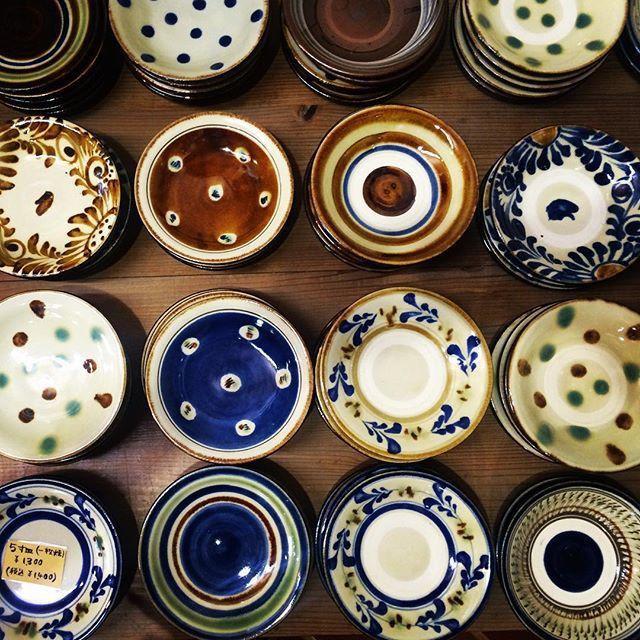 """毎日の食事を楽しいものにしてくれる食器たち。食器にこだわると、いつもの食事をより美味しいものに見せてくれます。そんな素敵な食器を見つけることができる焼き物や工房が集まった工芸村として、いま大人の女性に人気の場所""""やちむんの里""""。沖縄に旅行に行った際にはぜひ立ち寄りたい素敵なスポットです。"""
