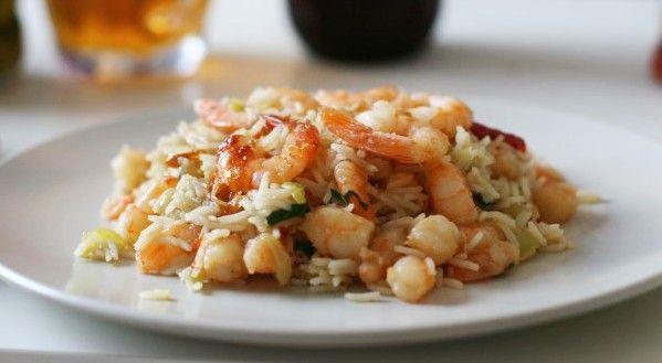 Жареный рис с креветками и базиликом