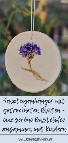 Eine schnelle und einfache DIY Idee die auch gut mit jüngeren Kindern umsetzbar ist: Salzteiganhänger mit getrockneten Blüten