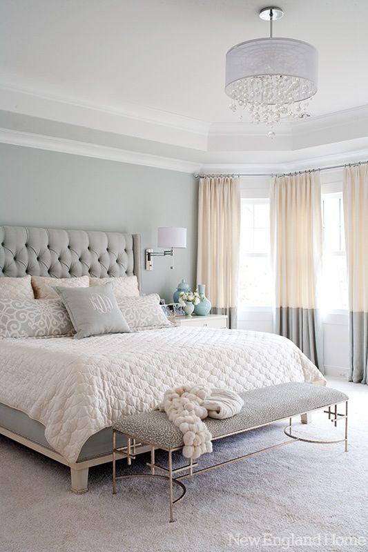 Chambre couleurs pastelles. J'aime trop les rideaux,  tête de lit capitonnée et lustre :)