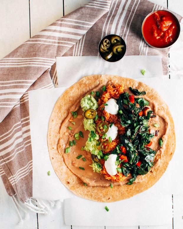 Découvrez notre recette facile et savoureuse de burritos au riz mexicain, avec des avocats et de la bette à carde.