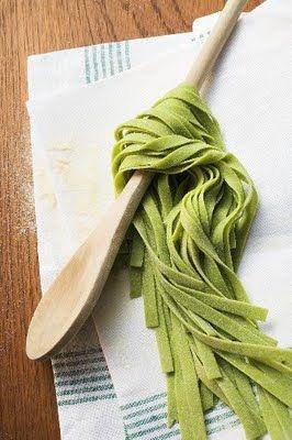 Pasta verde con spinaci: 250 g. di spinaci freschi 500 g. di farina 4 uova Si puliscono gli spinaci e si lavano ripetutamente in acqua corrente fredda, poi si mettono in una casseruola con un pizzico di sale (non si aggiunge acqua, perché basta quella rimaste sulle foglie dopo il lavaggio) e si fanno cuocereLeggi tutto