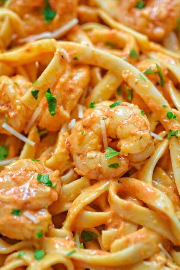 Reich und cremig, herzhaft und so würzig, diese Fettuccine mit gerösteten …   – Shrimp Recipes