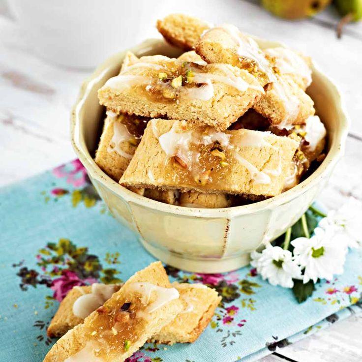 Lättbakade småkakor med päron toppade med glasyr och pistaschnötter.