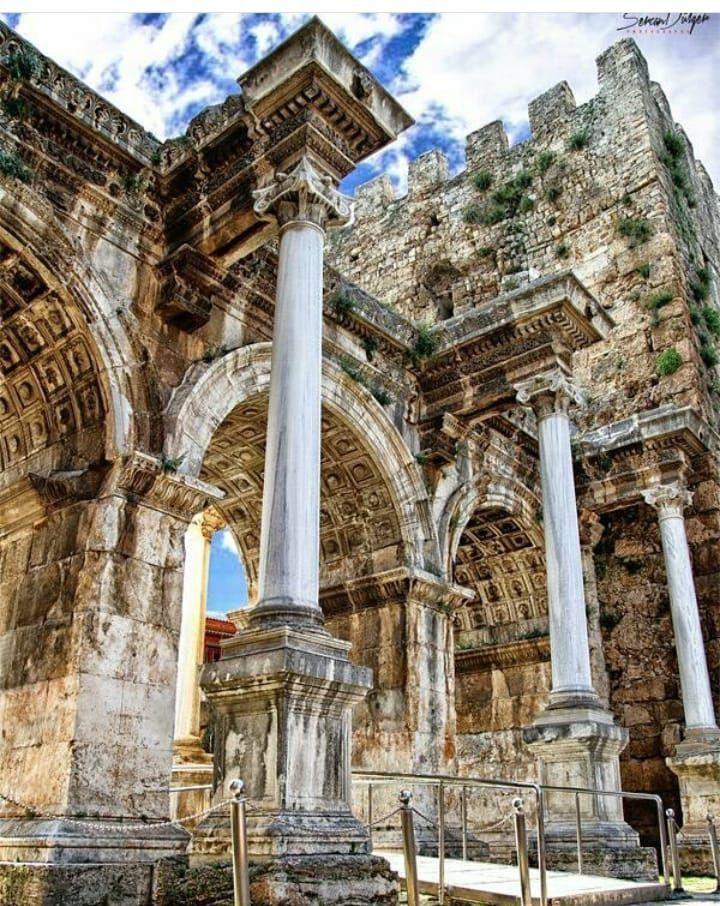 Hadrianus kapısı veya üçkapılar( Antalya)..