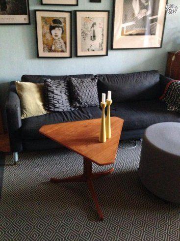 Trekantigt soffbord i teak, 50-tal 60-tal. 65x65 cm och 56 cm hög. 700 kr.