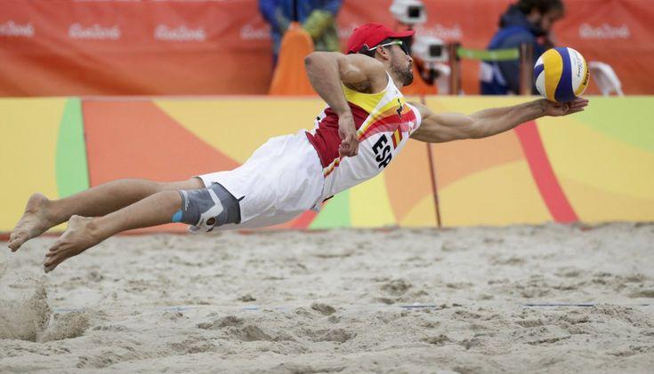 Rio 2016: El español Adrian Gavira Collado salta durante un partido de voleibol playa. rn