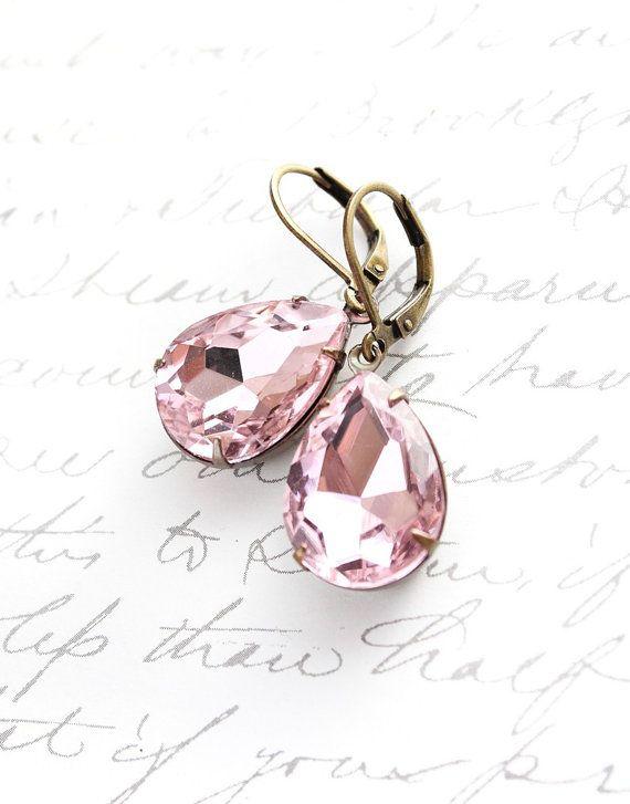 Estos son vidrio rosa pastel suave pendientes lágrima con ajustes de latón dorado. La pieza focal de estos pendientes es el rhinestone de lágrima