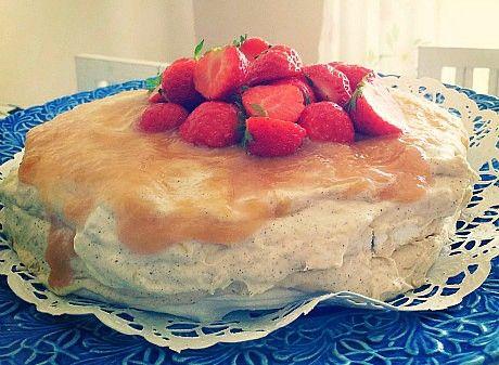 Frusen maräng- och rabarbertårta till mors dag