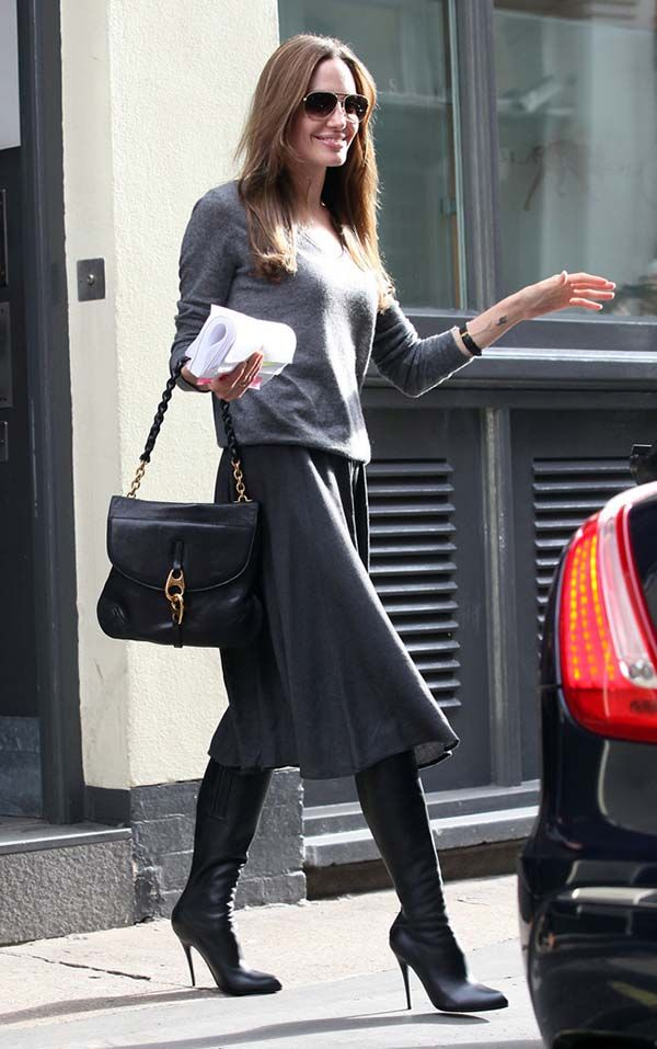 Angelina Jolie look cinza e botas over the knee pretas