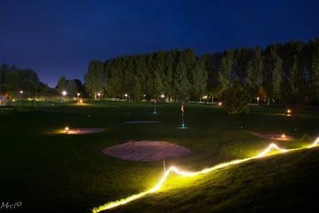 Moonlight golf, superleuk #uitje! Golfen op een verlichte baan met lichtgevende #ballen. #pitchenputt