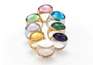 <p>Meravigliosi anelli realizzati con pietre dal taglio ellittico, in versione cabochon, disponibili in varie gradazioni di blu, verde e in colori freschi e brillanti particolarmente adatti alla Summer Season.</p>