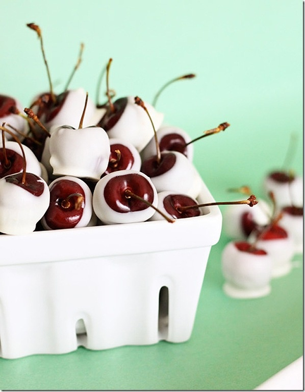 Great thinking for a quick sweet treat.: Desserts, White Chocolates, Amaretto Soaking White, Amaretto Cherries, Dark Chocolate, Cherries Soaking, White Christmas, Chocolates Cherries, Soaking Overnight
