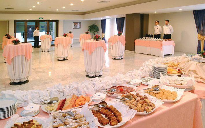 El hotel Meliá Habana, una de las más recientes incorporaciones a la infraestructura turística de la mayor de Las Antillas, se ubica en la primera línea del litoral de la ciudad. Situado en la zona residencial de Miramar, cuenta de esa forma con facilidades de acceso a las oficinas diplomáticas y comerciales que se concentran en la citada área capitalina.