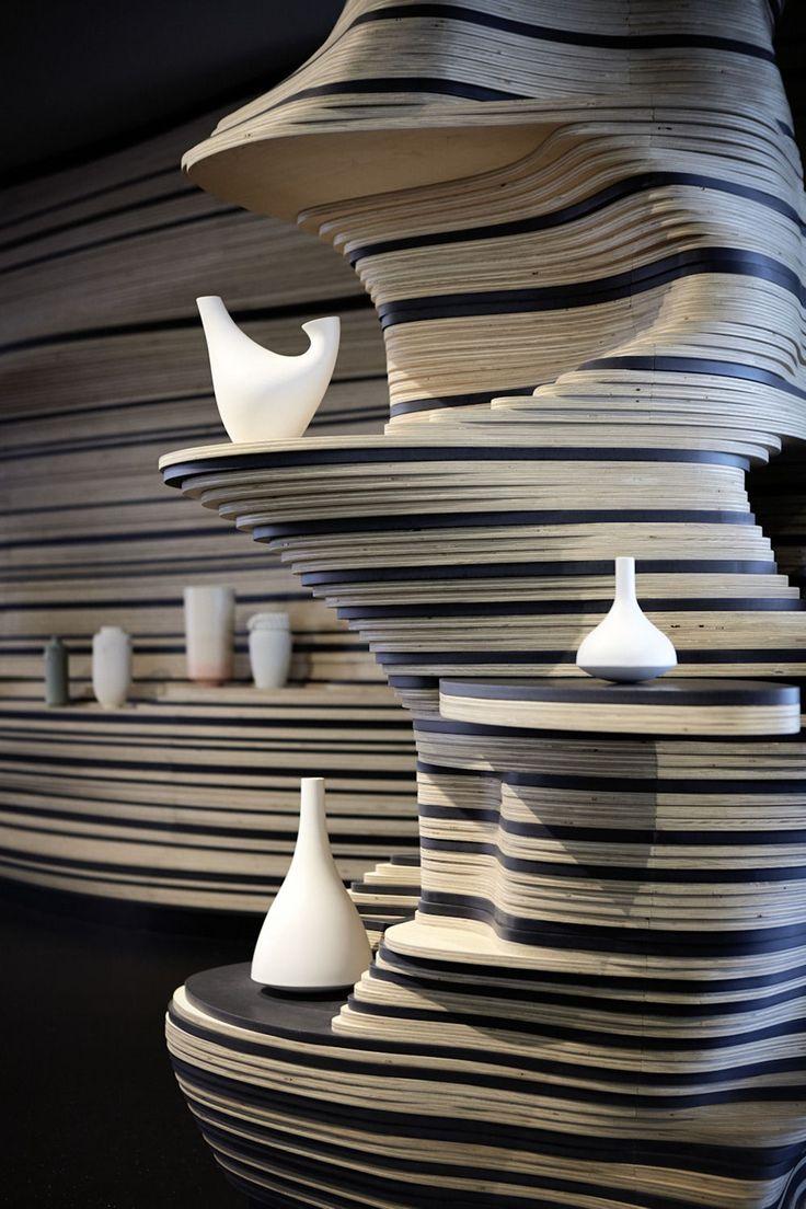 Stedelijk Museum 's-Hertogenbosch uitstalling op golvende lagen multiplex - Bierman Henket Interieur