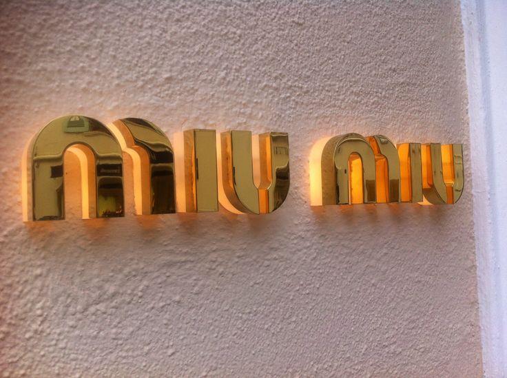 Inoxled letters van goud gespigeld gezien in Saint Tropez