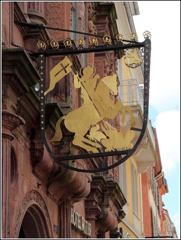 Heidelberg. Am Hotel Ritter in der Hauptstraße hängt dieses Wirtshausschild.