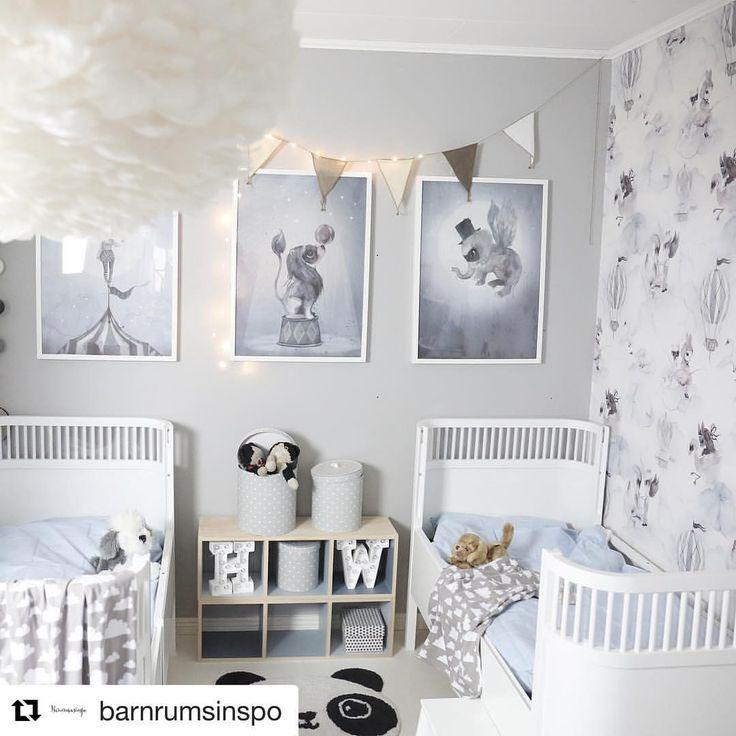 Preciosa inspiración para irnos a dormir ✨✨Esta habitación infantil es para entrar y no salir de ella y disfrutar con cada uno de sus dulces detalles ...……………… Disponible en la shop, linkbio: lámpara plumas + láminas Mrs Mighetto + cuna Sebra + guirnaldas #navidad #dulcenavidad#kids #decokids #decor #decoration #kidsroom #kidsdecor #babyshop #kidsroominspiration #habitacionesinfantiles #decoracioninfantil #kidsshop #babyroom #babygift #babystuff