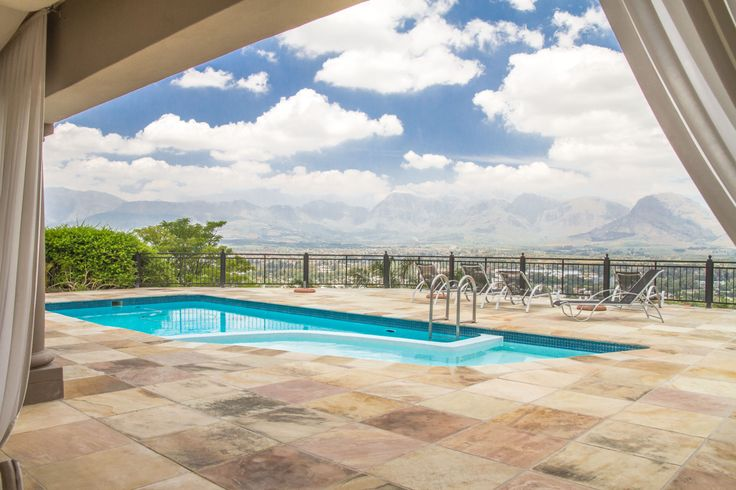 With a panoramic view of the Paarl Valley you can derive an income from this flawless guest house.