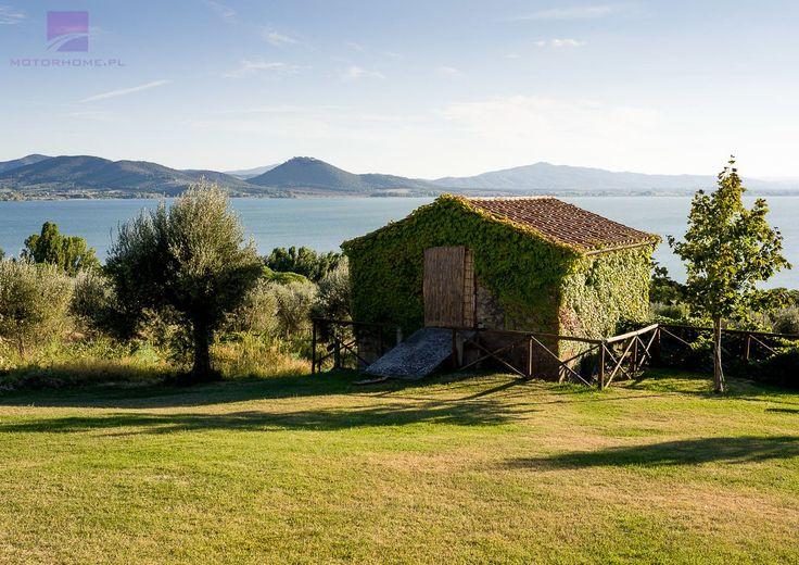 """Bajeczne jezioro na granicy Umbrii i Toskanii, owiane legendą. Do dziś nie wiadomo jak zginął książę Trasimeno, który zakochał się w Agili, nimfie z tego jeziora… """"Jezioro Trasimeno"""" ostatnia aktualizacja: Kwiecień 8th, 2017; motorhome.pl"""
