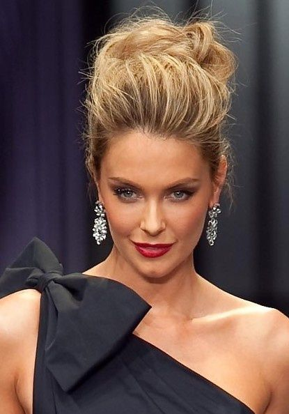 Jennifer Hawkins Messy Updo #hairstyles #updos