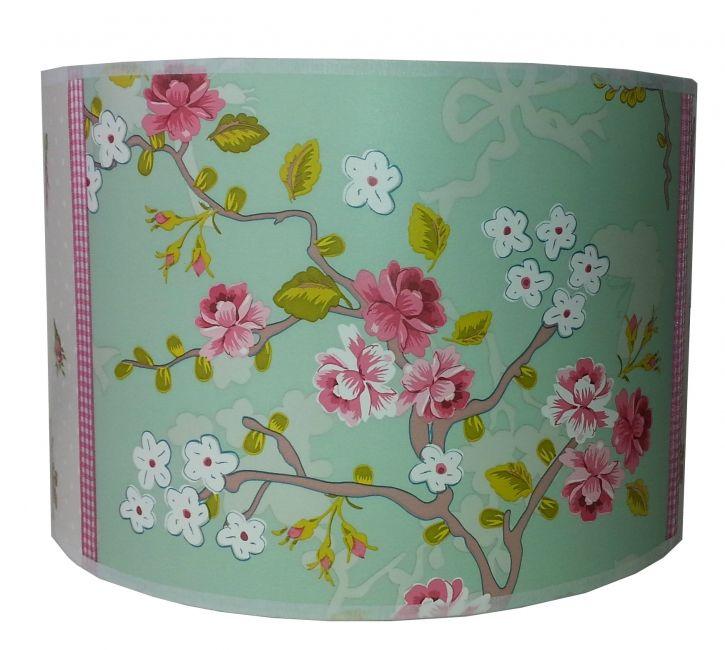 Een prachtige lamp voor in de kinderkamer in mooie kleuren met een chinese roos erop.