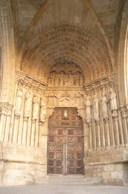 Catedral de Santa María de Tuy, está localizada en la provincia de Pontevedra, en su extremo sur, en la ciudad de Tuy, España. Comenzó en estilo románico y terminó en un estilo gótico, su gran portada occidental, una de las más bellas del gótico español.